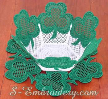 10211 Shamrock free standing lace bowl doily set