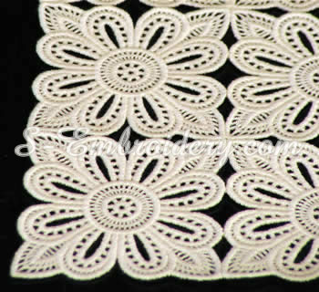 10323 Free standing lace table runner set